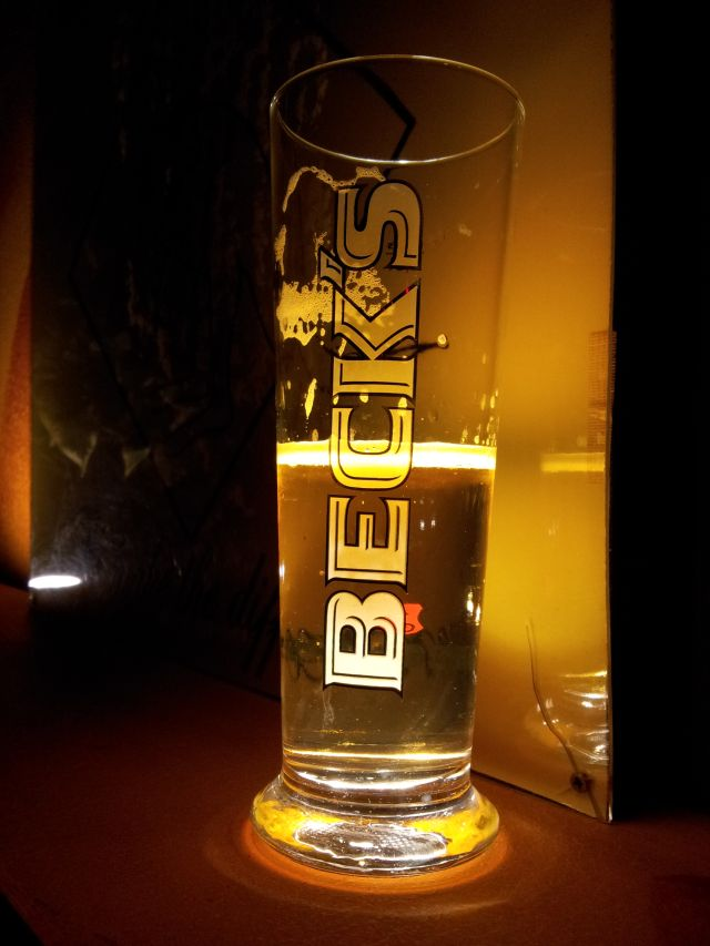 Bierglas Becks, erleuchtet