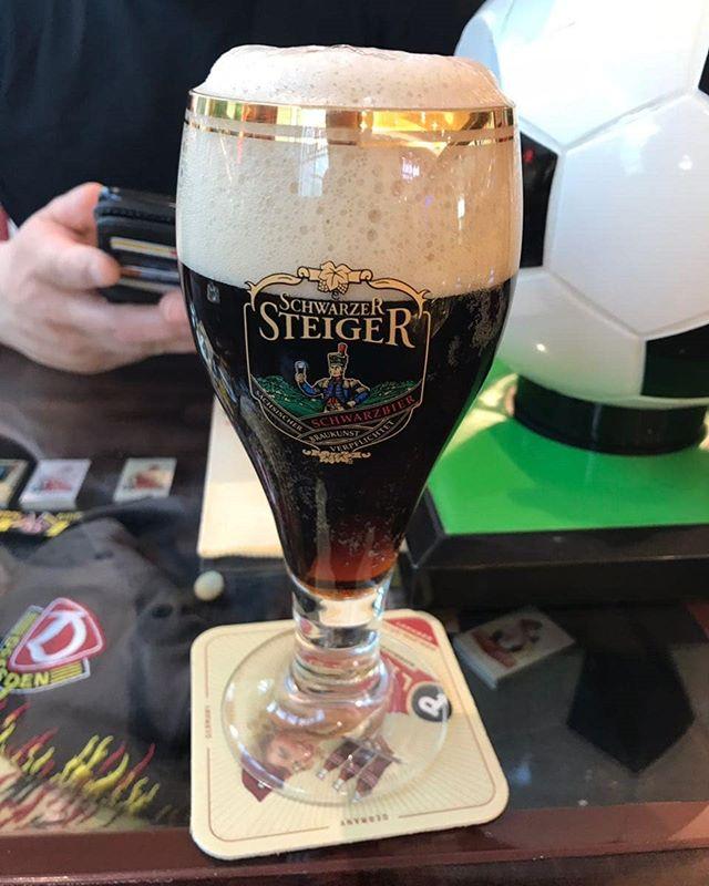 Neues Foto von @kevingereke1 - #Dresden das #Schwarze #Steiger #Bierglas. Das #Bier kommt wohl aus der #feldschlösschen Ecke. Das Bierglas ist meiner Meinung nach von #Ritzenhoff #rc